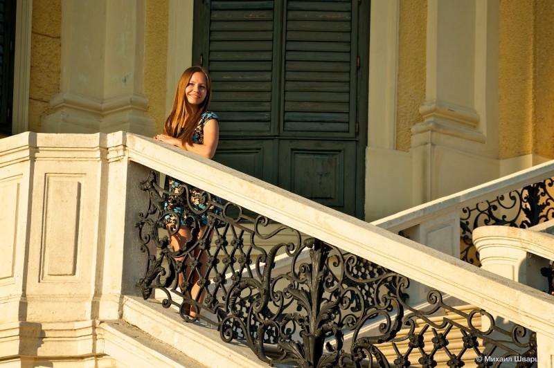 Лена на лестнице дворца