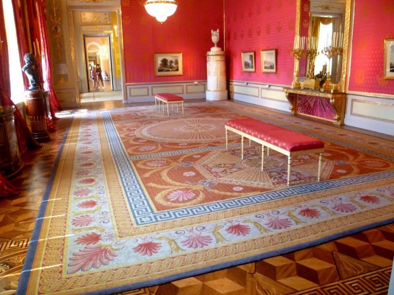 Зал для аудиенций с красными шелковыми обоями