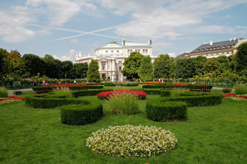 Фольксгартен – один из красивейших парков Вены