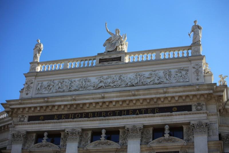 Скульптурное украшение фасада театра