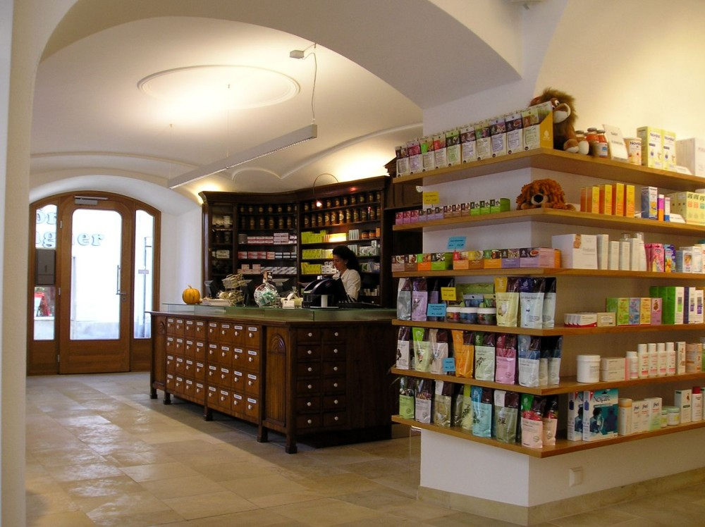 В торговом зале аптеки  «У золотого льва»