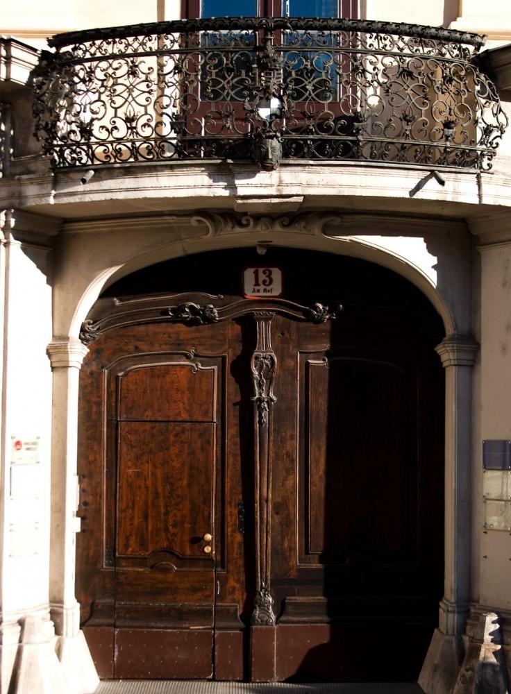 Главный вход и балкон над ним