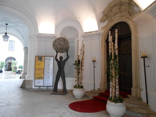 Вход во дворец Харрахф