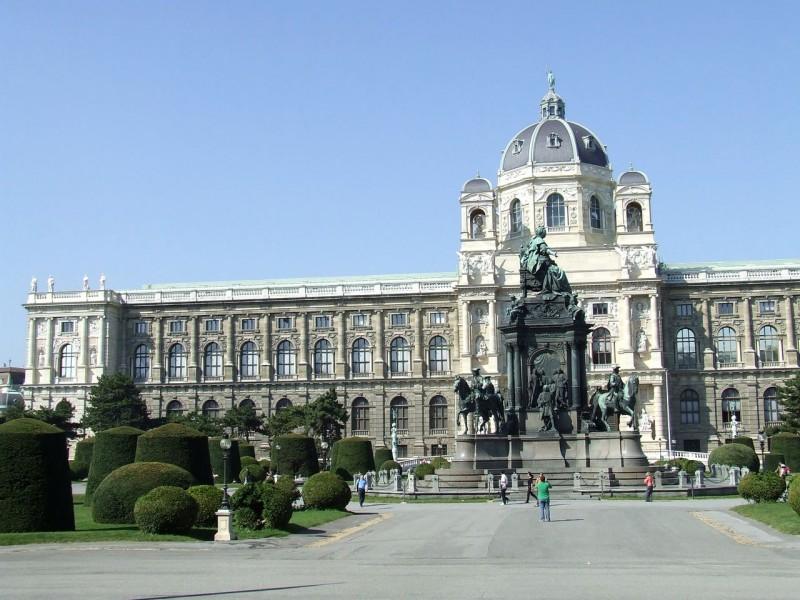 Музей естествознания (Naturhistorisches Museum) на площади Марии Терезии (Maria-Theresien-Platz)