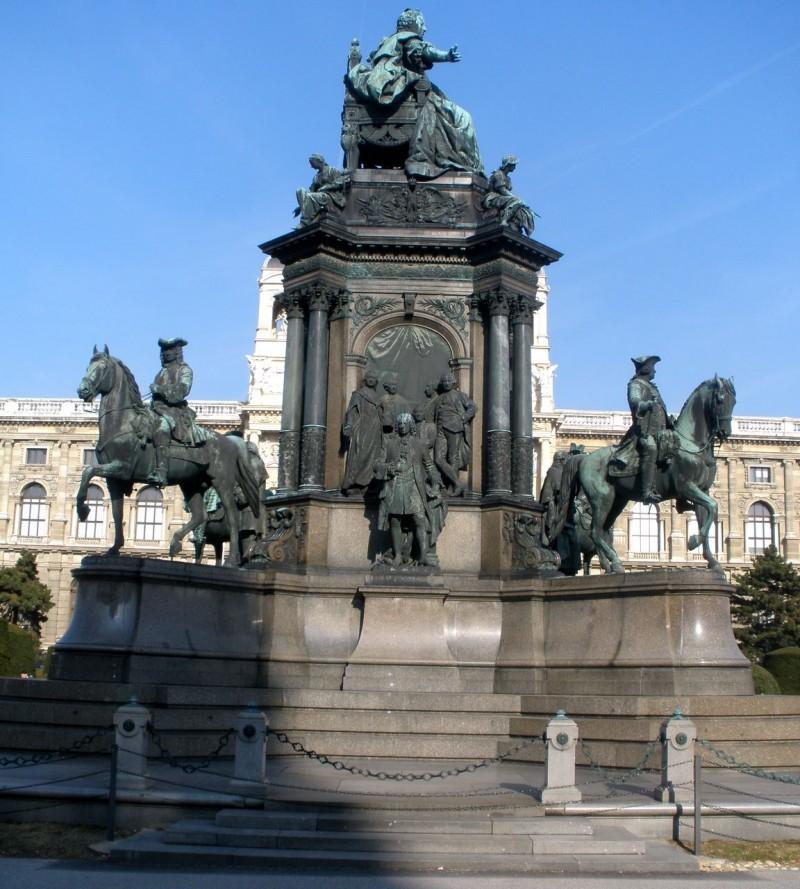 Памятник императрице на площади Марии Терезии