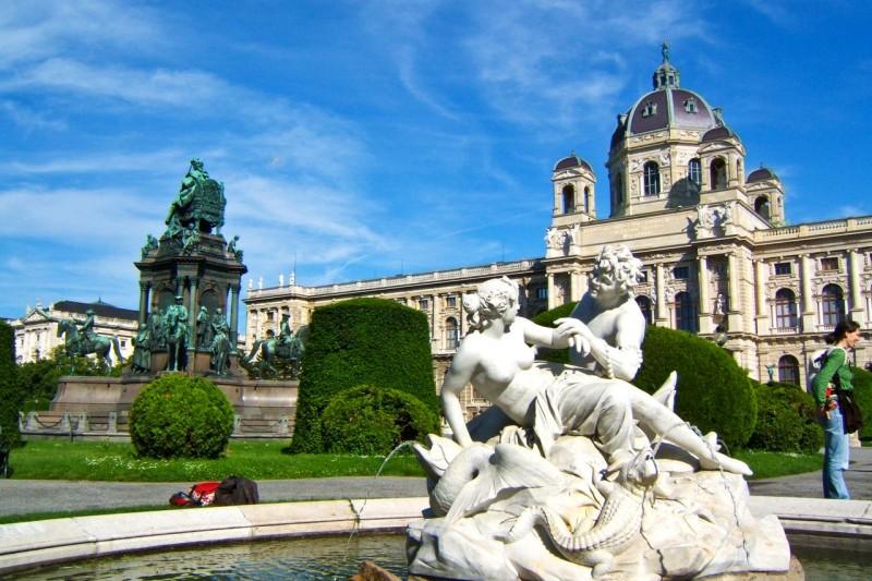 Фонтан Tritonen- und Najadenbrunnen на площади Марии Терезии