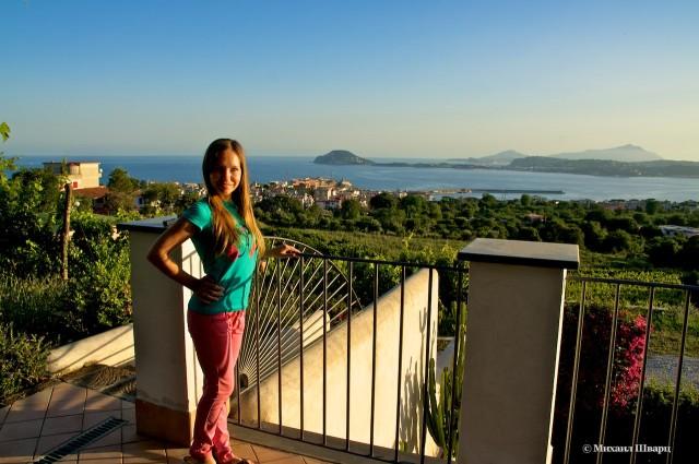 Лена и манящий остров Искья вдалеке