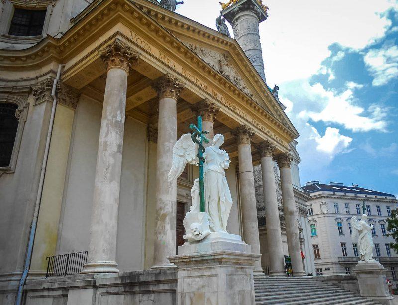 Портик в греческом стиле и скульптуры архангелов