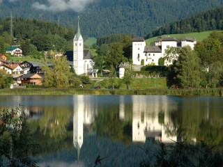 Гольдег — белый замок на берегу озера