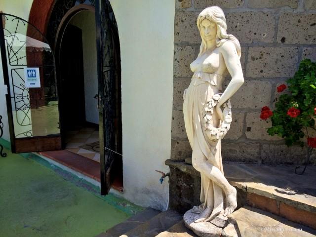 У туалета все чинно, стоит статуя