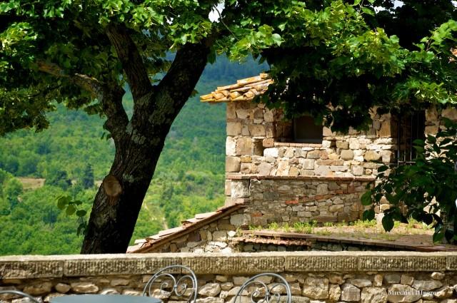 Уютный парк в стенах замка