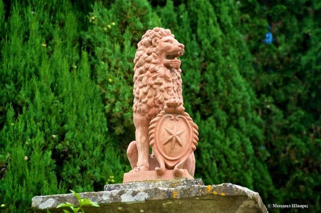 Лев охраняет вход в замок