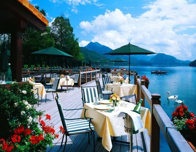 Замок-отель на берегу озера