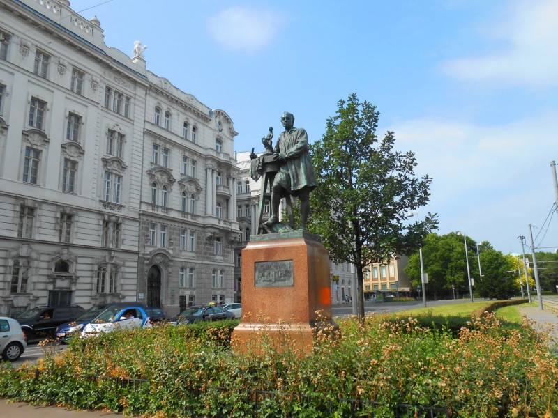 Памятник Георгу Рафаэлю Доннеру (Georg Raphael Donner), австрийскому скульптору эпохи барокко, на Schwarzenbergplatz