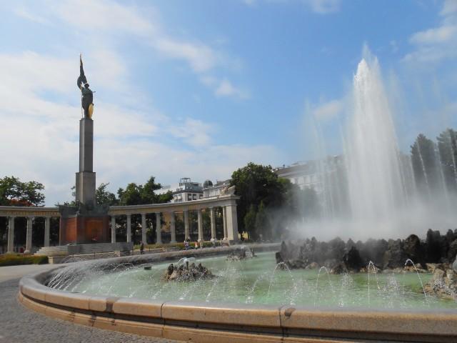Фонтан и памятник советским воинам на Шварценбергплац