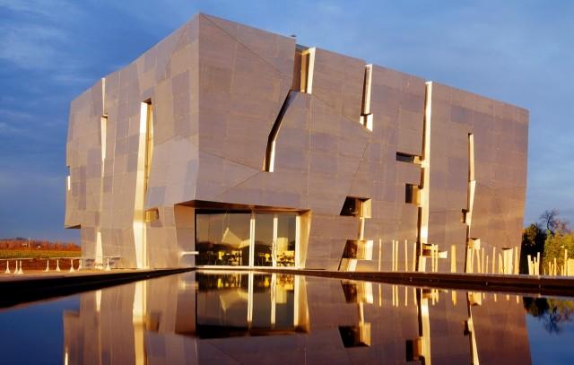 За футуристическими очертаниями этого здания скрываются Музей вина, винотерка и один из лучших дизайнерских отелей Европы!