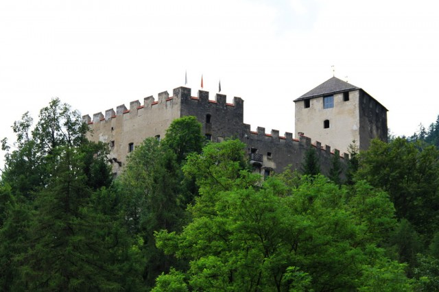 Крепостная стена вокруг замка
