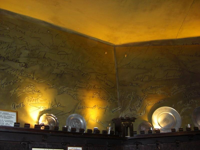 Автографы знаменитостей на стенах ресторана