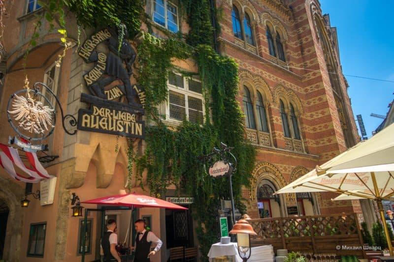 Барельеф Августина на фасаде здания