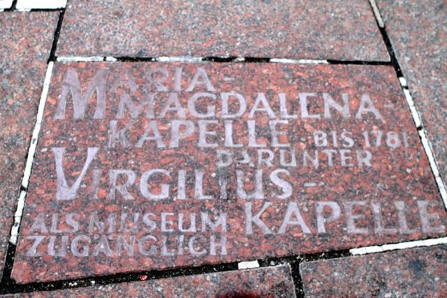 Плита на Штефансплатц, указывающая место расположения   часовни Св. Магдалены (Magdalenskapelle)