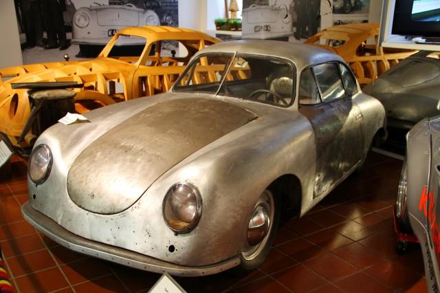 Неоконченная Porsche 356, на заднем плане деревянная модель