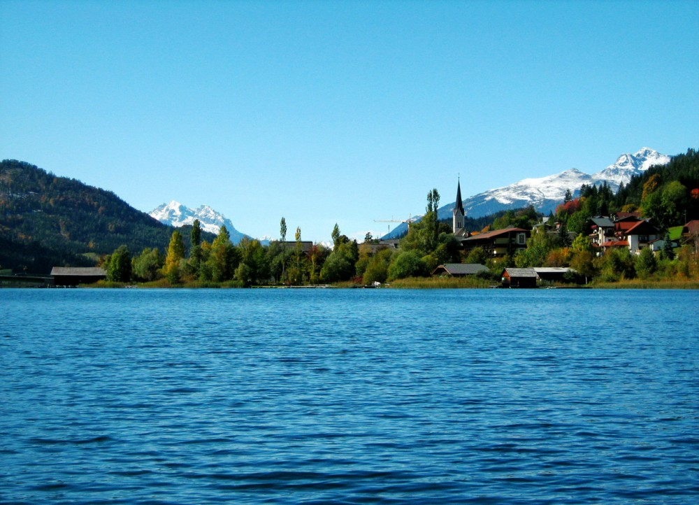 Озеро и заснеженные вершины гор