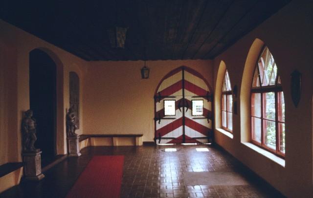Интерьеры замка выглядят скромно