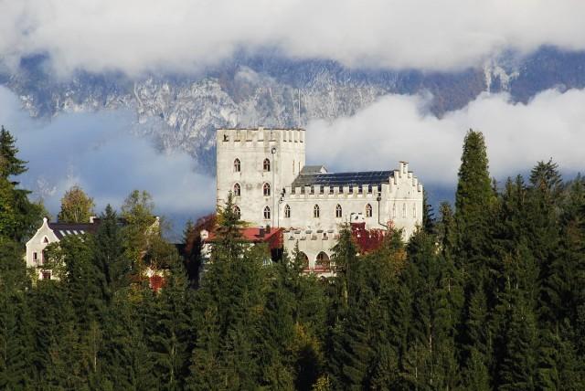 Сказочная крепость доминирует над патриархальным пейзажем