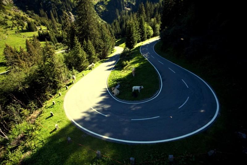 Поворот на высокогорной дороге