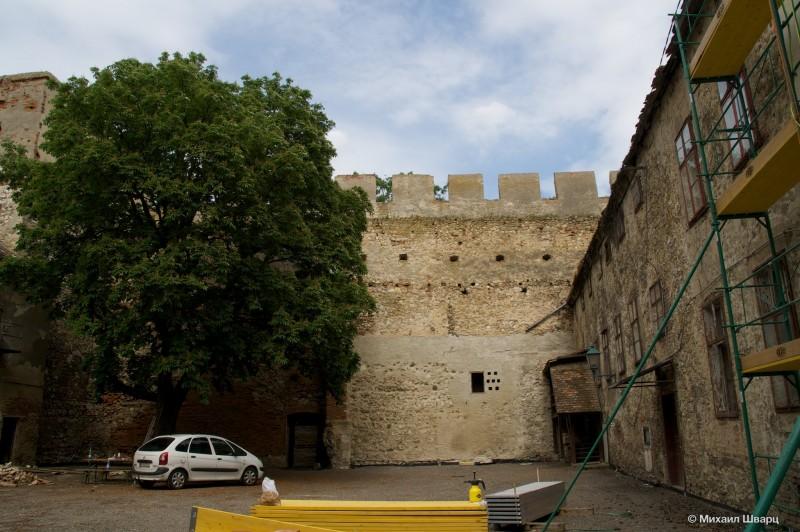 Во дворе крепости Лаа