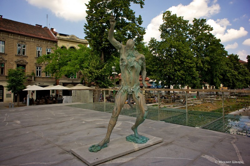 Скульптура человека с щупальцой вместо х-хм