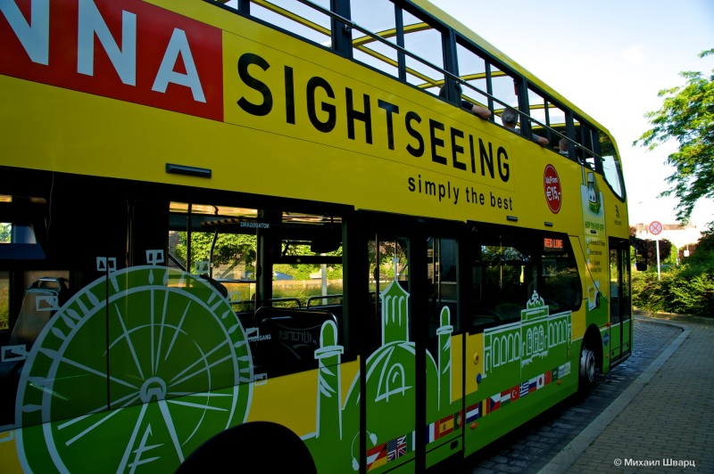 Желтый экскурсионный автобус Vienna Sightseeing