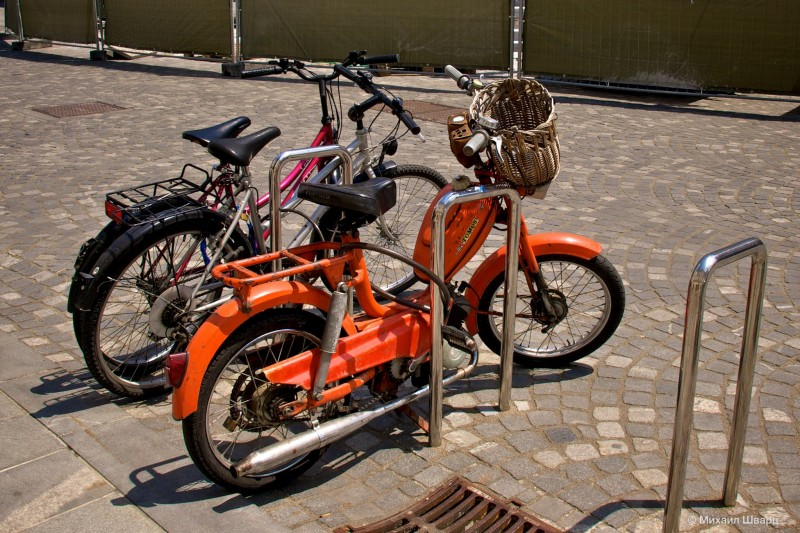 Мотопед косит под велосипед