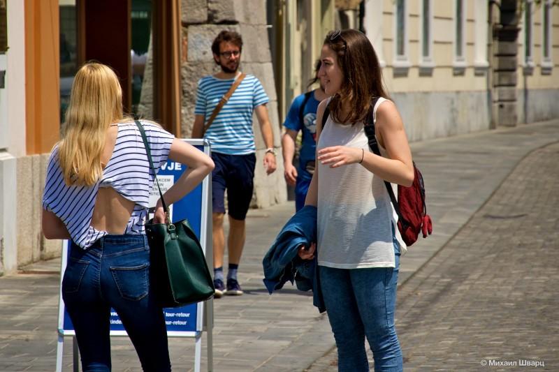 У девушек модно иметь вырез на спине