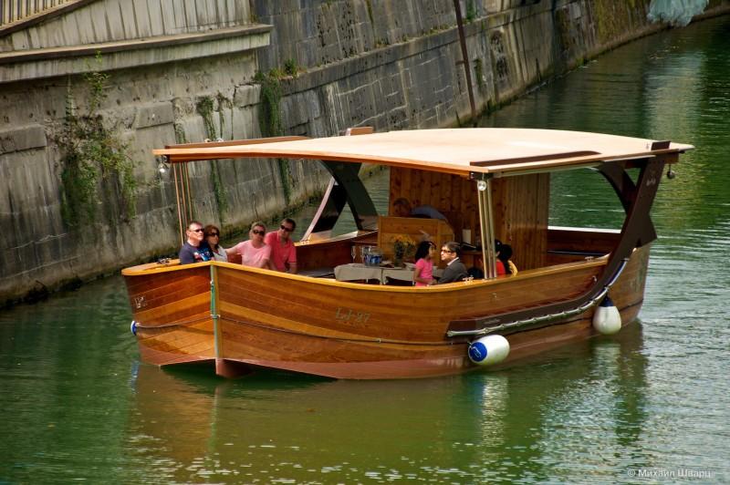 Люди катаются на кораблике