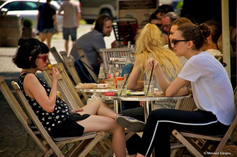 Девушки беседуют в кафе