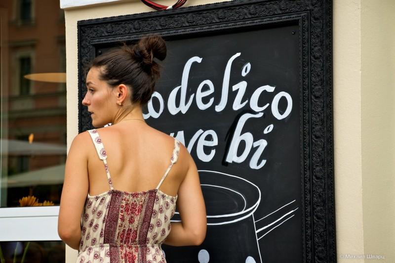 Девушка из кафе рисует новое меню