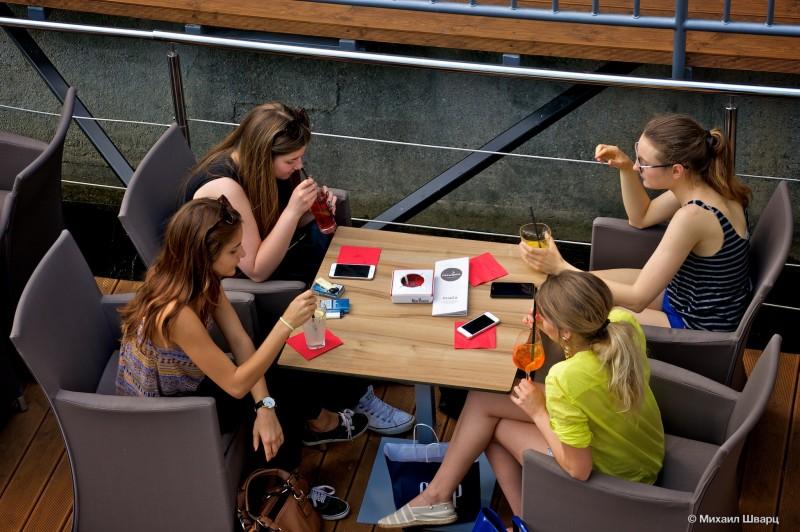 Девочки с телефонами на столе