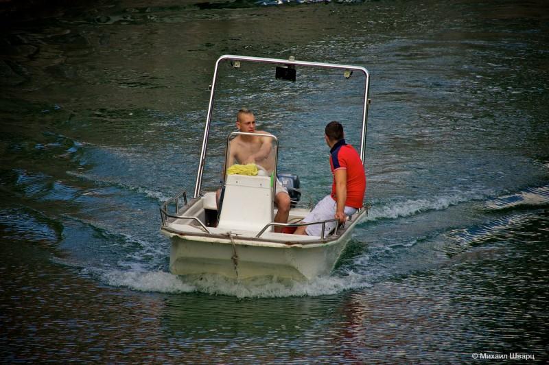 Пацаны рассекают на лодке