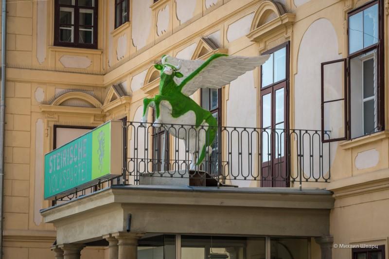 Зеленая корова на балконе