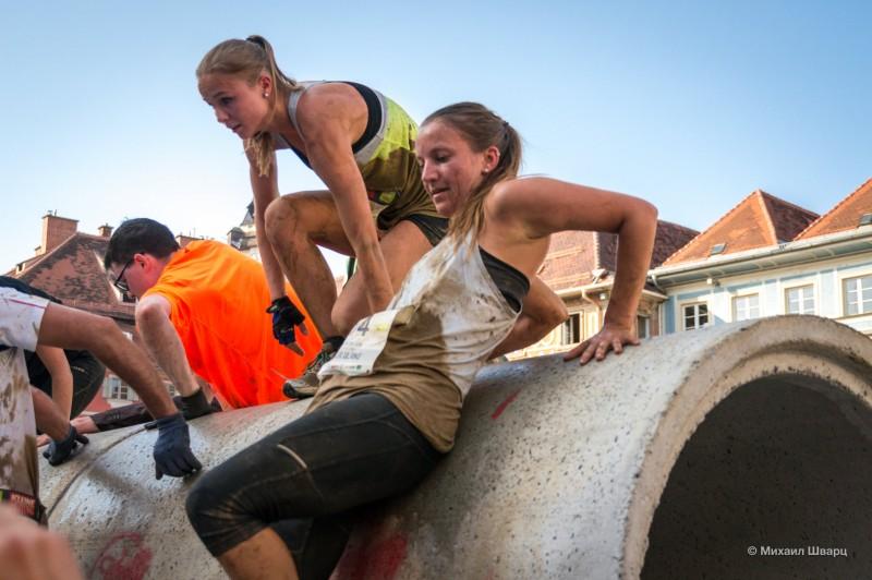 Девочки скатываются по грязным трубам
