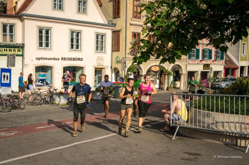 Довольные и грязные марафонцы