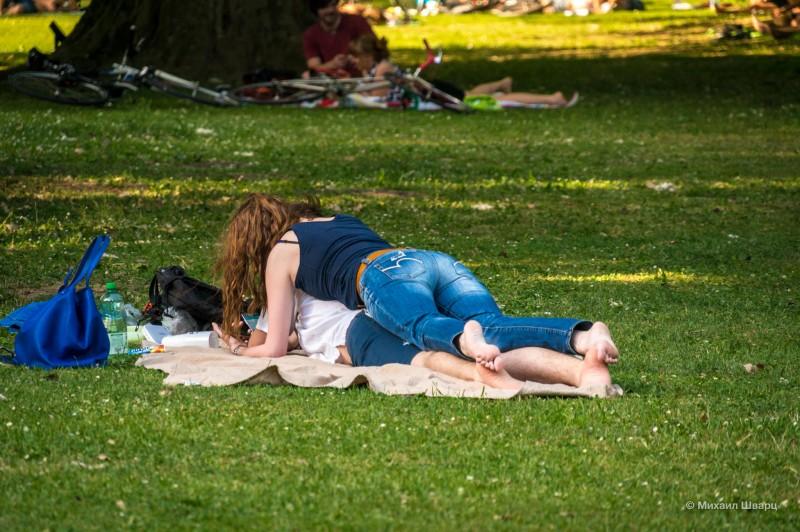 Любовная парочка в парке