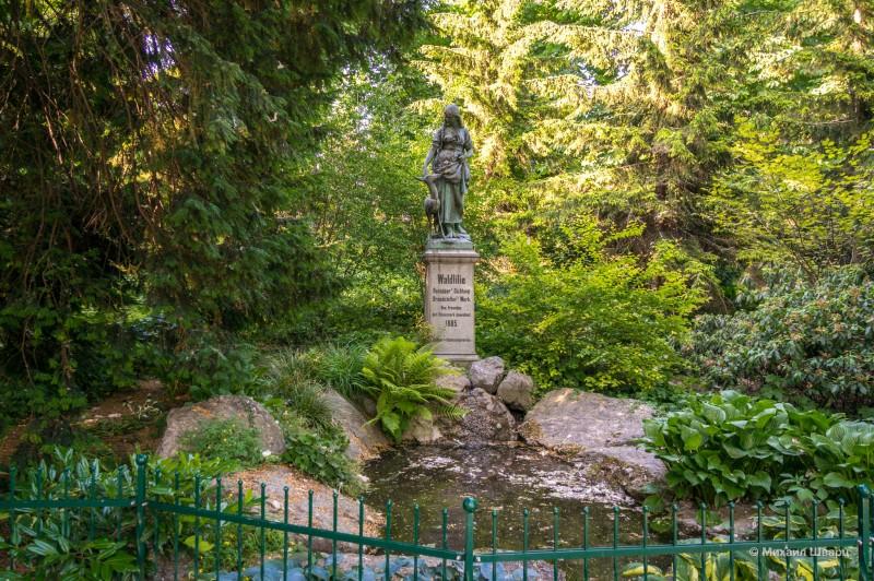 Скульптура в кустах