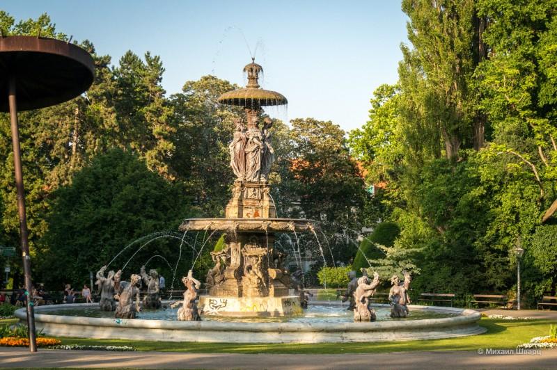 Огромный фонтан