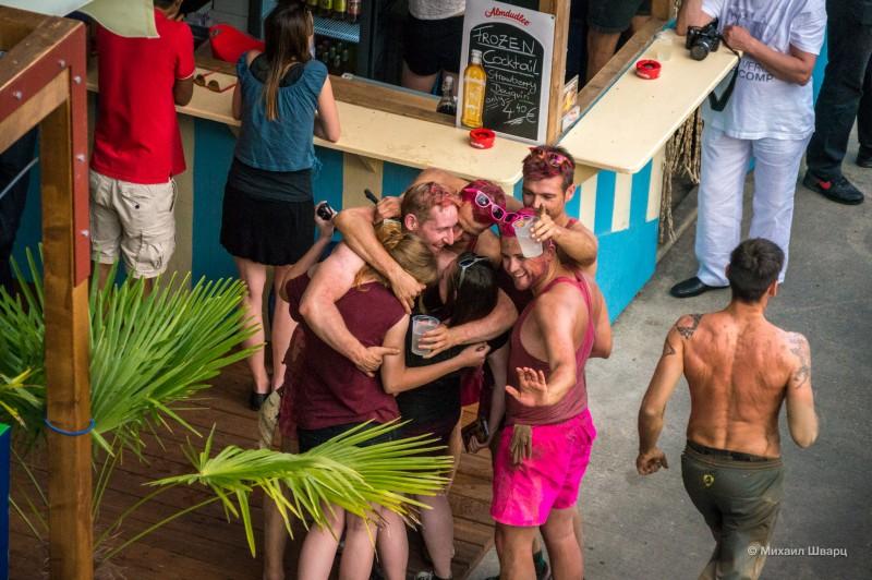 Розовые человечки уже в баре