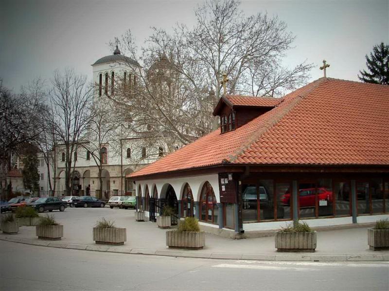 Церковь св. Архангела Михаила (справа) и провославный Собор