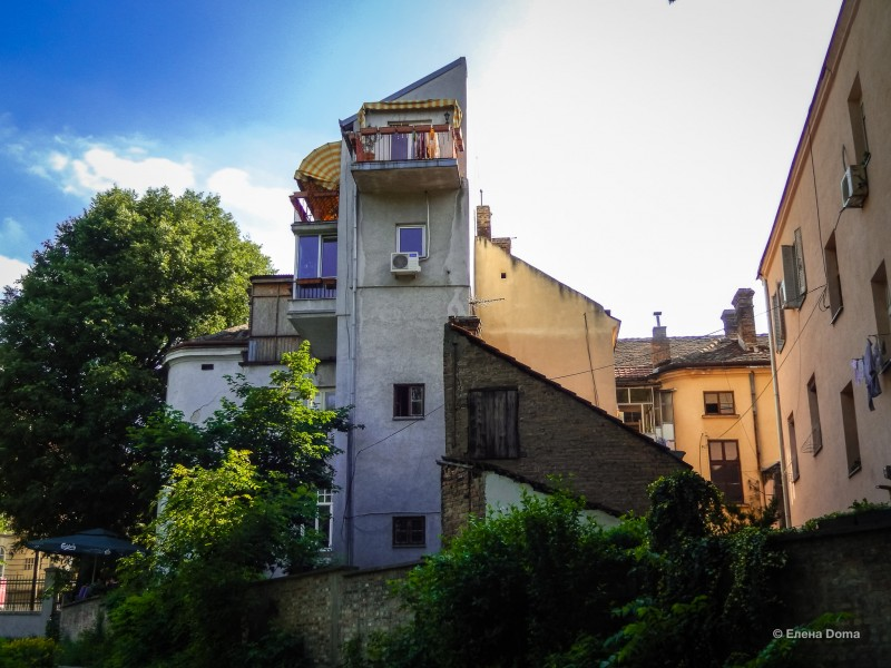 Дом с балконом. Вид на ботанический сад.