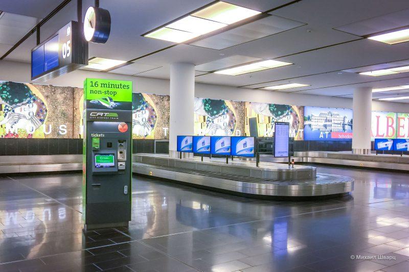 Терминал с билетами в зале получения багажа