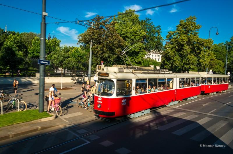 Красный венский трамвай